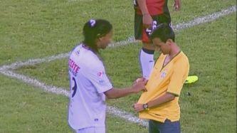 Esto sí que no lo viste nunca: Ronaldinho firmó un autógrafo en pleno partido