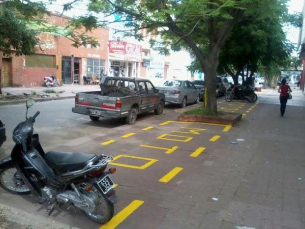 Avanza el estacionamiento de motos en veredas de Resistencia