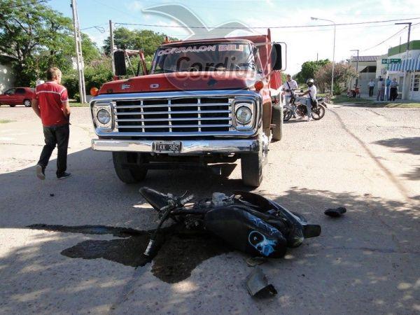 Charata: Un motociclista se llevó por delante un camión