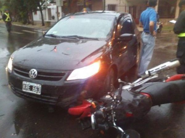 Corrientes: Choque entre un auto y una moto en Maipú al 2700