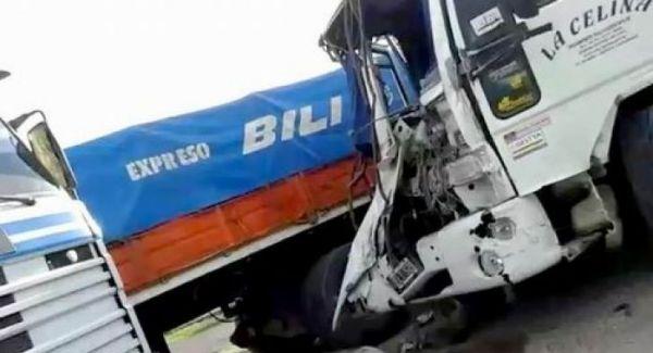 Las Breñas: Chocaron camiones y uno fue a parar a una escuela