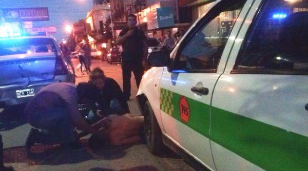 Resistencia: Motociclista ebrio, a fondo y de contramano, terminó debajo de un remís