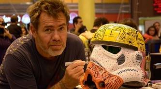 """El artista chaqueño Milo Lockett, le pone su toque a los cascos de """"Star Wars Day"""""""