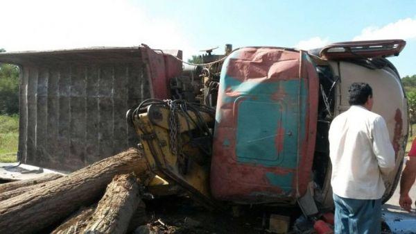 Formosa: Tremendo vuelco de un camión sobre la Ruta Nacional Nº 81