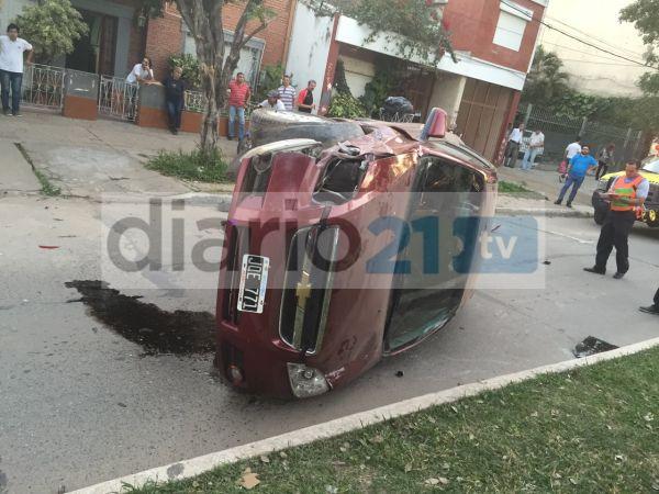 Impactante accidente: Un auto terminó volcado sobre uno de sus lados