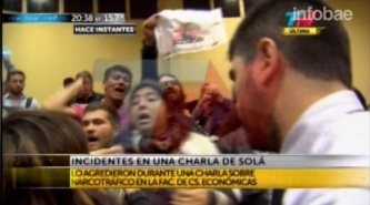 Piqueteros intentaron agredir a Felipe Solá