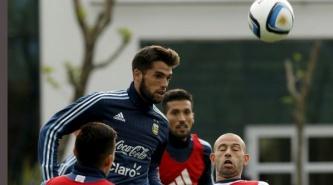 Emmanuel Más reemplazará a Marcos Rojo en el lateral izquierdo