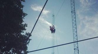Nueva Pompeya: Quiso suicidarse arrojándose de la antena municipal y lo rescataron