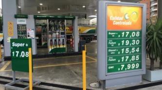 Argentinos de zonas limítrofes cruzan a Brasil y Paraguay para cargar nafta