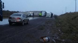 Volcó un camión cerca de Virasoro y la Ruta 14 permanece cortada