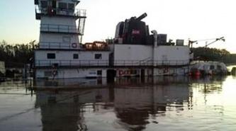 Derrame de fuel oil en el río Paraná visto desde un drone