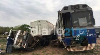 Avia Terai: Tremendo accidente entre un camión y el tren deja 10 heridos
