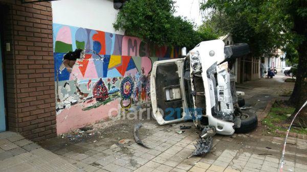 Resistencia camioneta de a da termin en la puerta de un for Amaru en la puerta de un jardin