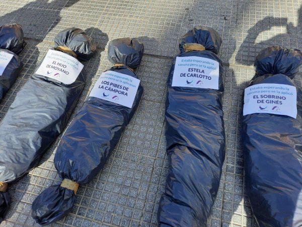 Polémica marcha 27F: Colocaron bolsas mortuarias frente a la Casa Blanca