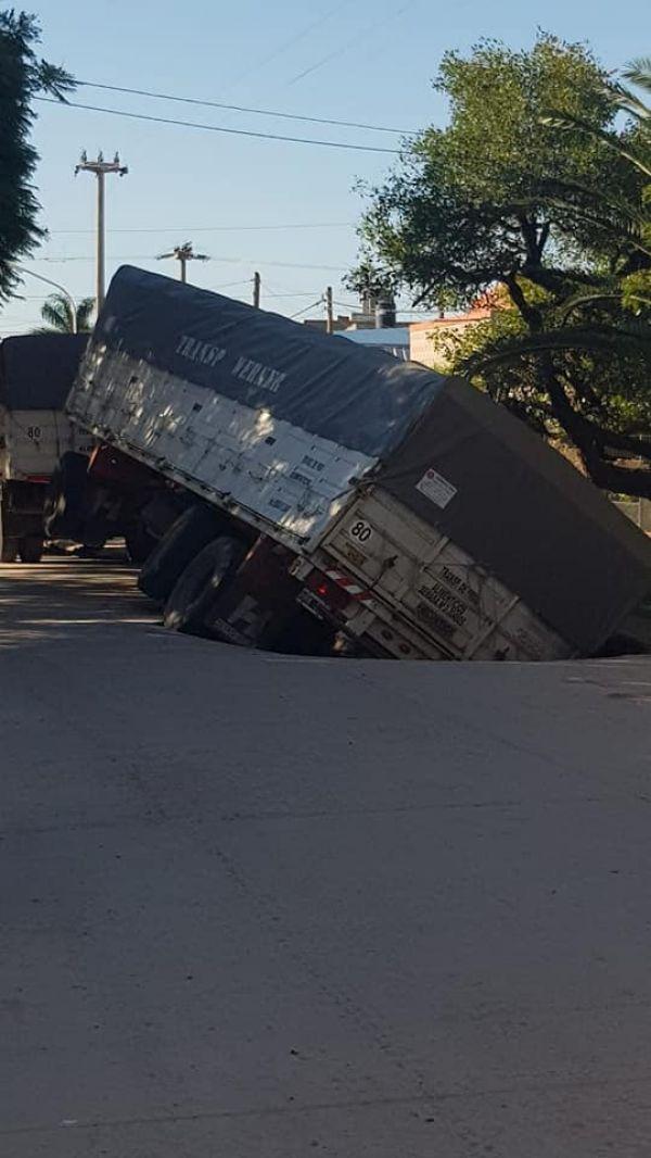 Villa Ángela: Un camión fue «tragado» por el asfalto
